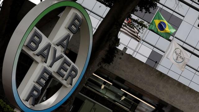Firmenlogo vor einem Bayer-Bürogebäude