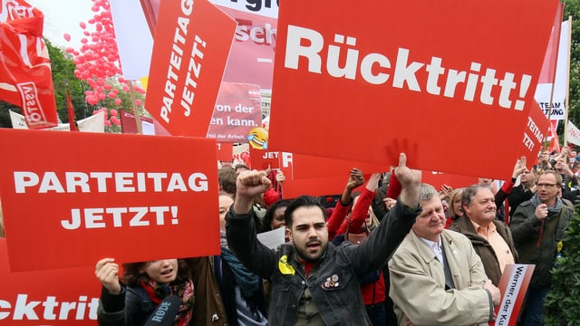 1. Mai-Veranstaltung in Wien, Demonstranten mit Rücktrittsforderungen Richtung Faymann.