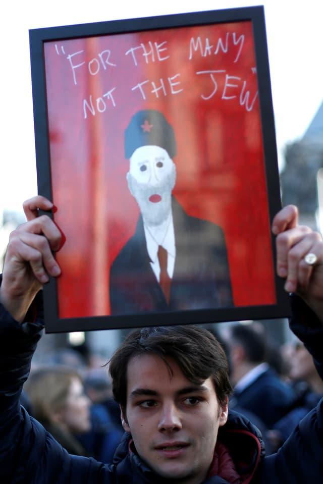 """Banner mit der Aufschrift: """"Für die vielen, nicht die wenigen» wurde zu «Für die vielen, nicht den Juden."""""""