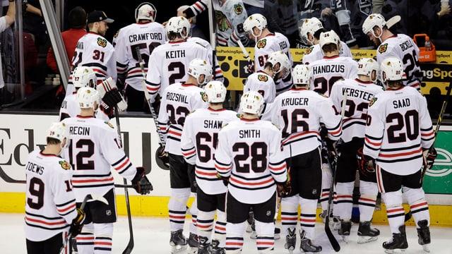 Die Spieler der Chicago Blackhawks verlassen in Los Angeles enttäuscht das Eis.