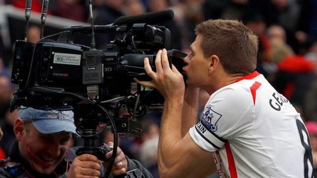 Steven Gerrard freut sich mit dem TV-Publikum.