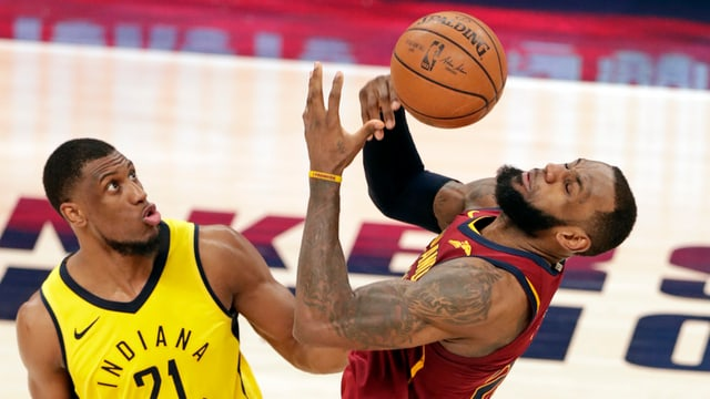 Indianas Thaddeus Young (links) gegen LeBron James
