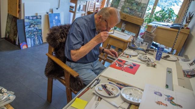 Rudol Mirer sesa vit maisa en ses atelier.