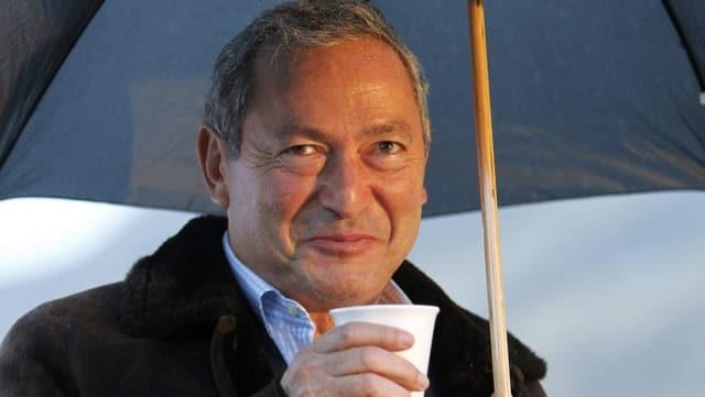 Sawiris mit Schirm.