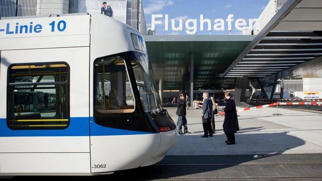 Ein Tram der Glattalbahn hält am Flughafen Zürich.