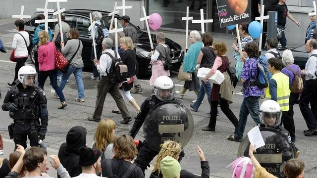 Polizisten schirmen den Umzug der Abtreibungsgegner ab.