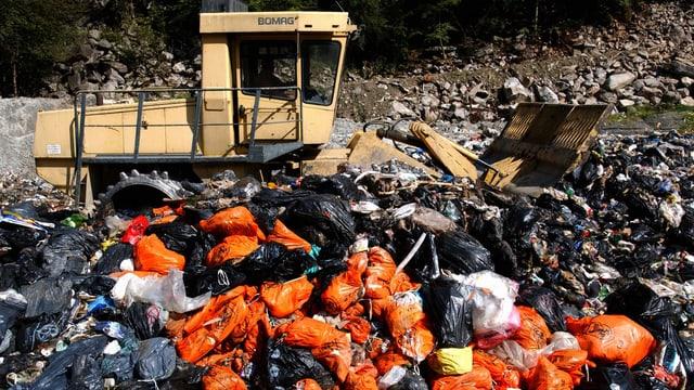 Abfallberg in einer Mülldeponie im Tessin.