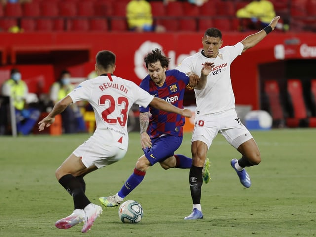 Lionel Messi wird von Sevillas Sergio Reguilon und Diego Carlos ins Sandwich genommen.