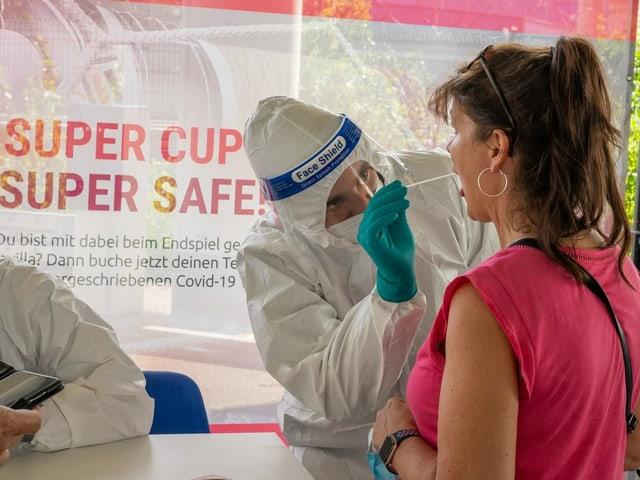 Fans, die vom Supercup-Final in Budapest nach Bayern zurückkehren, müssen sich auf das Corona-Virus testen lassen oder in häusliche Quarantäne.