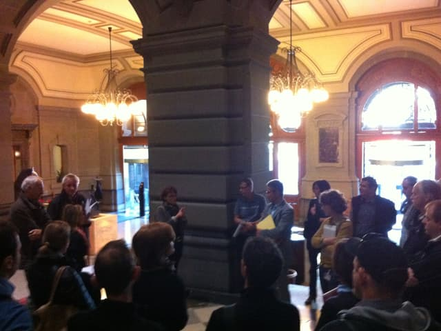 Eine erste Besprechung in der Eingangshalle des Parlamentsgebäudes...