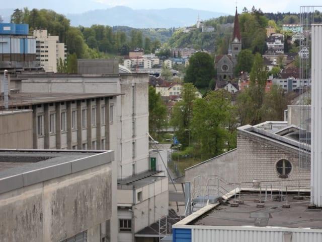 Blick auf das Viscosiareal mit Kirche im Hintergrund.
