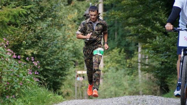 Heinz Bodenmann aus Gais ist der neue Schweizermeister im Waffenlauf.