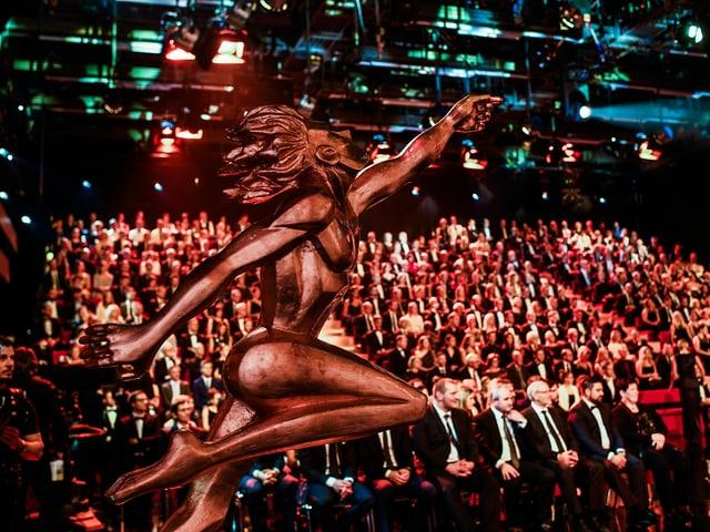 Leute sitzen an der Gala im Publikum.