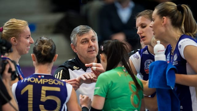 Spielerinnen von Volero stehen um Coach