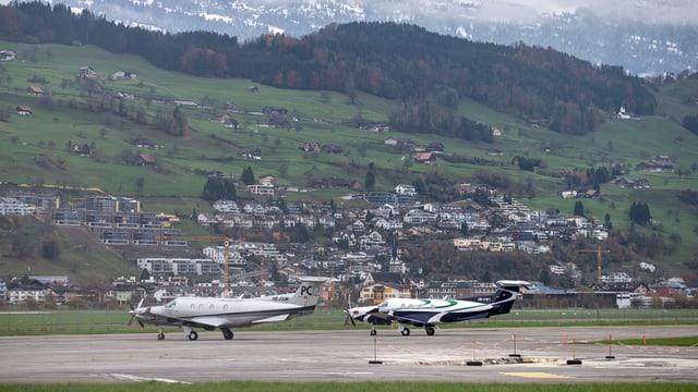 Zwei Flugzeuge auf dem Flugplatz Buochs.