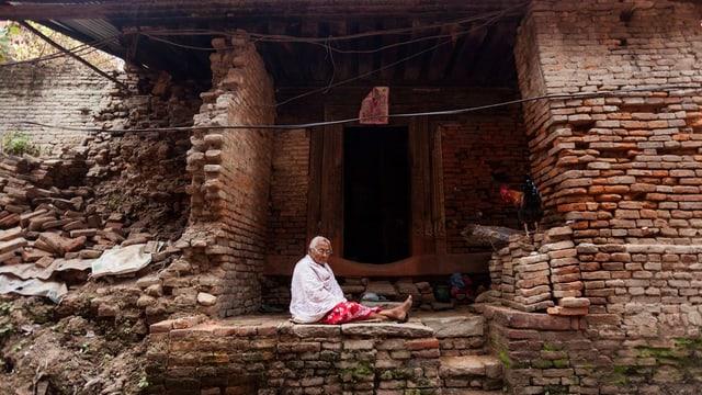 Ina chasa destruida en il Nepal.
