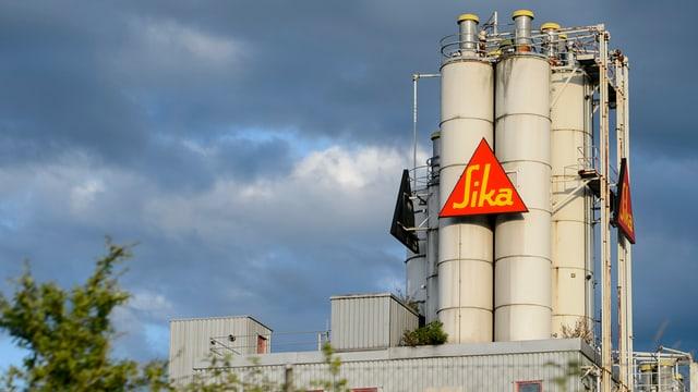 Ina fabrica da Sika a Duedingen en Svizra.