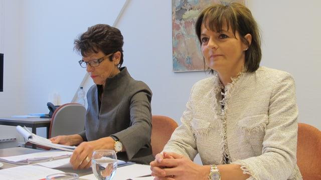Vizepräsidentin Ruth Metzler sitzt am Tisch und referiert.