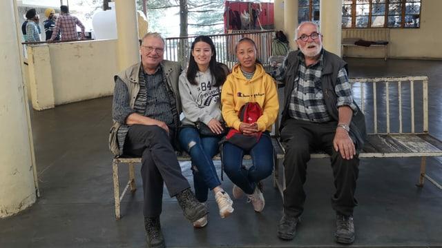 Da san.: Duno Bergamin da Cunter, Tenzin Passang, l'administratoura digls padrinadis, Tashi Tsomo e Peder Collet. En la curt dal tempel dal Dalai Lama a Dharamsala.