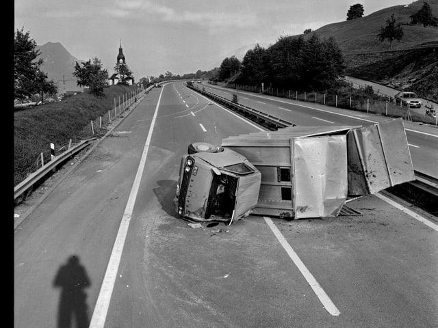 Fotografie eines Lastwagenunfalls