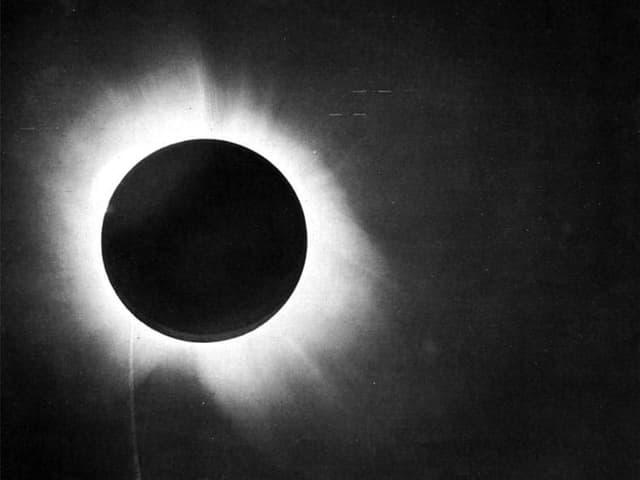Schwarzer Kreis, der sich durch einen hellen Kranz vom schwarzen Hintergrund abhebt