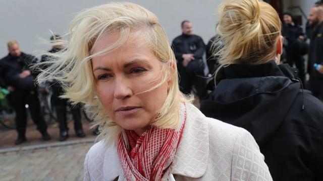 Manuela Schwesig mit vom Wind zerzaustem Haar.
