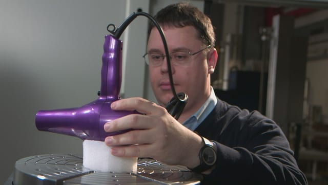 Philipp Schütz bereitet den Ionen-Fön im Empa-Labor in Dübendorf für die Durchleuchtung vor.