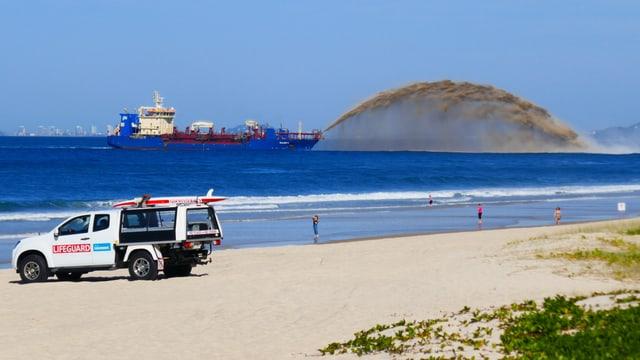 Baggerschiff bringt Sand