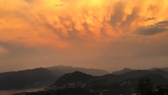 Blick von Cademario auf die Mammatuswolken über dem Luganersee.