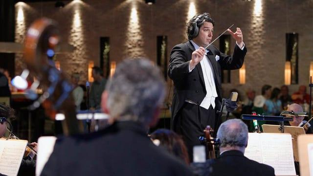 Dirigent Dinic bei der Aufführung der Oper La Bohème im Hochhaus.