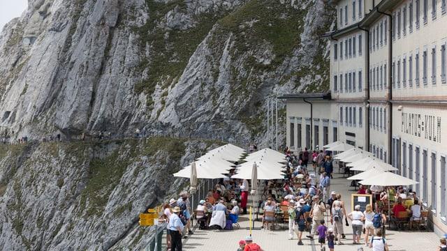 Vis-à-vis einer steilen Felswand tafeln die Gäste.