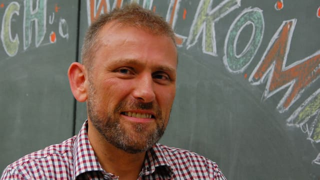 Prof. Fritz Sager vor einer Wandtafel