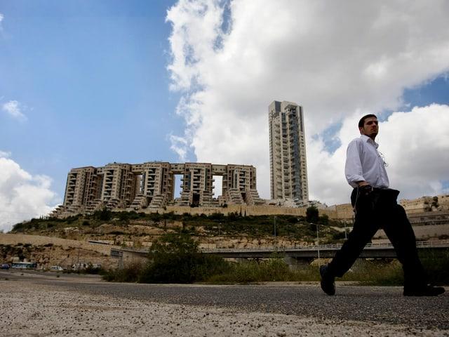 Für das umstrittene Holyland-Bauprojekt soll Olmert als Bürgermeister von Jerusalem Riesensummen als Bestechung angenommen haben.