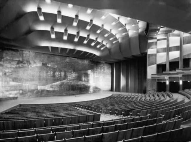 Konzert- und Theatersaal mit leeren Rängen.