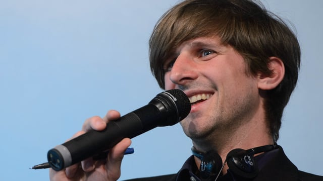 Ein Mann mit einem Mikrofon.