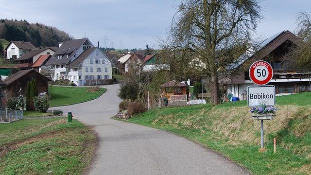 Dorfeinfahrt von Böbikon: Schmale Strassen, ein paar wenige (Bauern-)Häuser