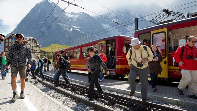 Das Bild zeigt japanische Touristinnen und Touristen, die aus der Jungfraubahn steigen.