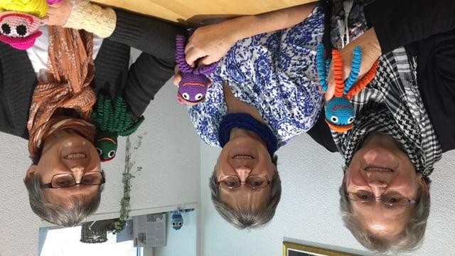 Heidi Klauser, Rita Krapf und Ruth Cozzio (von links nach rechts) mit ihren gehäkelten Tintenfischen.