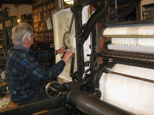 Bernhard Hollenstein arbeitet an der Handstickmaschine.