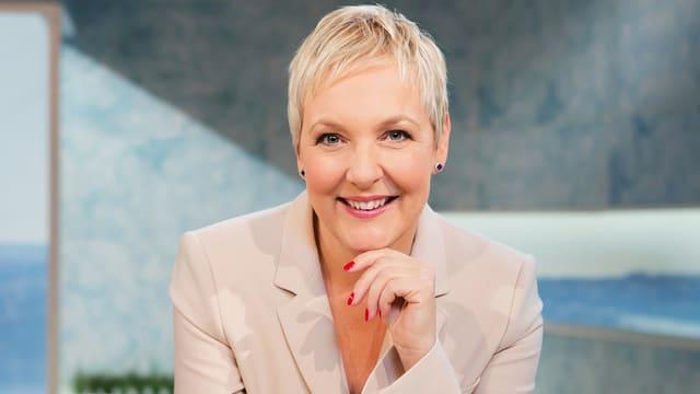 Jeanne Fürst, Porträt mit Hand am Kinn.