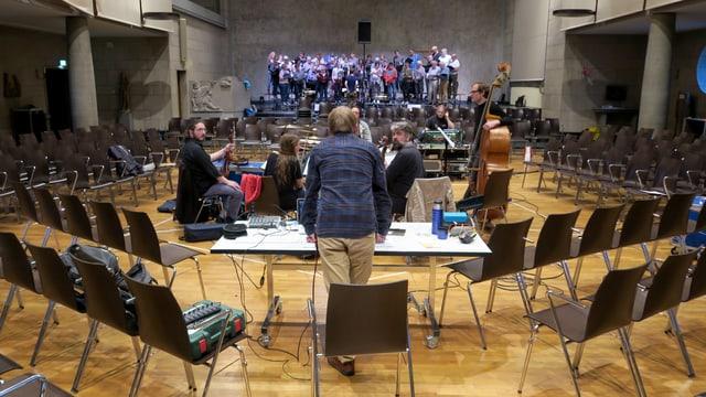 Kirchensaal mit Chor und Musik-Ensemble