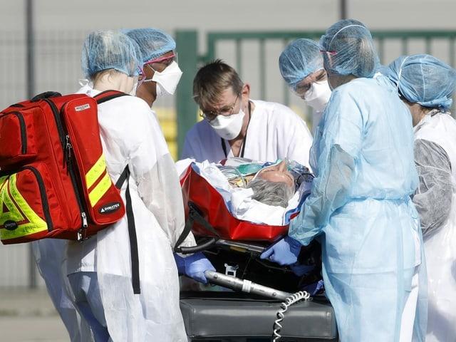 Pflegepersonal mit Covid-Patient