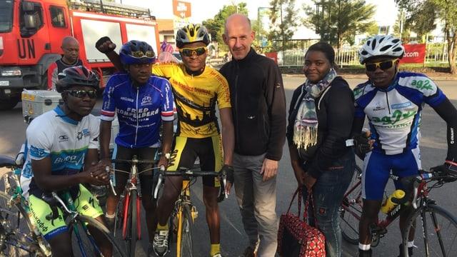 Radrennfahrer, eine Frau und ein Mann.