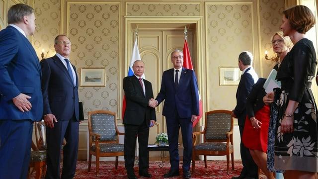 Bundespräsident Guy Parmelin schüttelt Wladimir Putins Hand – auch beim Gefolge waren rund um das Gipfeltreffen Biden-Putin Masken und Abstand kein Thema.