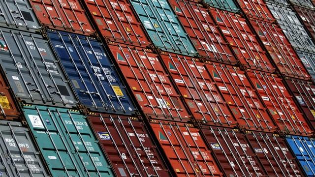 Container stehen am Containerterminal Altenwerder im Hafen von Hamburg.