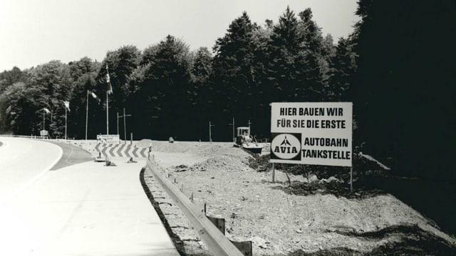 """Schild an Autobahn: """"hier bauen wir für Sie die erste Autobahntankstelle der Schweiz"""""""