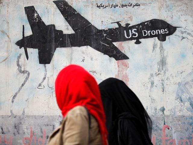 Frau vor Graffiti mit Drohne