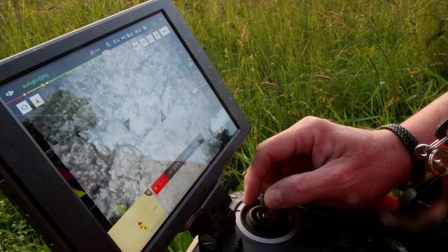 Ein Display zeigt an, wie die Drohne fliegt.