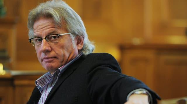 Der Präsident der PUK, Markus Bischoff, sitzt im Zürcher Rathaus.