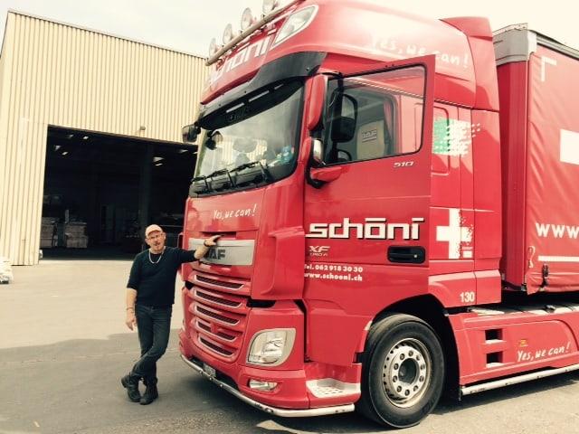 Ruedi vor dem Truck